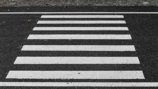 Das Bild zeigt einen Zebrastreifen