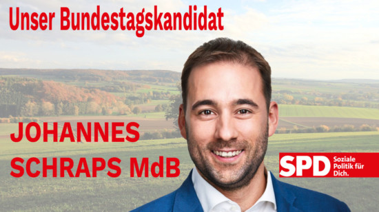 Joahnnes Schraps vor bergigem Hintergrund